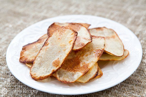 Oven-fried homemade potato chips recipe, made with thin slices of Russet potatoe...   - Recipes - #Chips #Homemade #Ovenfried #Potato #potatoe #Recipe #Recipes #Russet #slices #thin #russetpotatorecipes