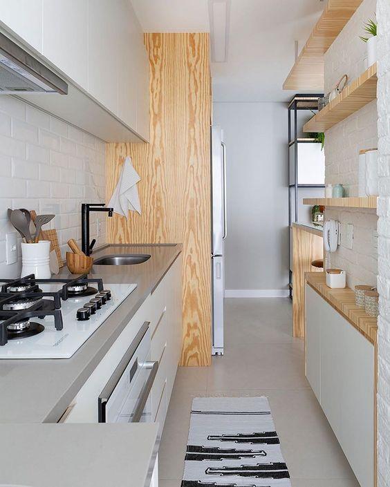 Pequena e estreita: 9 ideias para aproveitar ao máximo a cozinha corredor