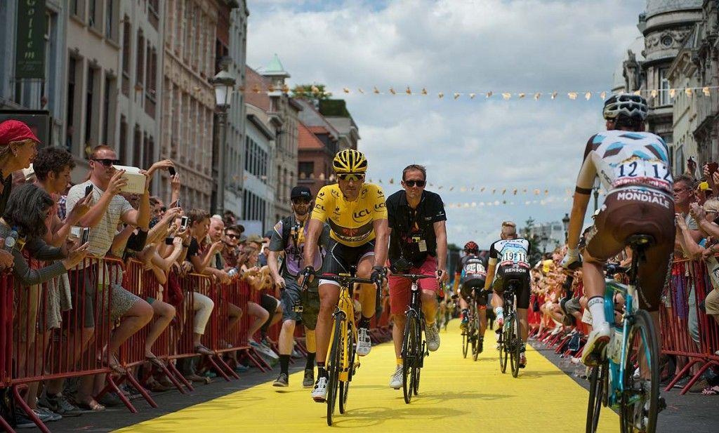 Cancellara in de gele trui van de Tour de France op de grote markt in Antwerpen. Hij heeft deze gele trui 28 dagen aangehad in z'n carrière mede dankzij 7 ritzeges in de Tour. Dit was tevens de laatste dag dat hij een gele trui droeg, misschien komen er dit jaar in z'n laatste jaar als prof nog wel een paar bij.
