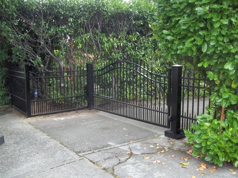 Single Swing Gate With Dog Pickets And Spear Points And Matching Custom Iron Fencing Driveway Gate En Driveway Gate Custom Iron Gates Iron Gates Driveway