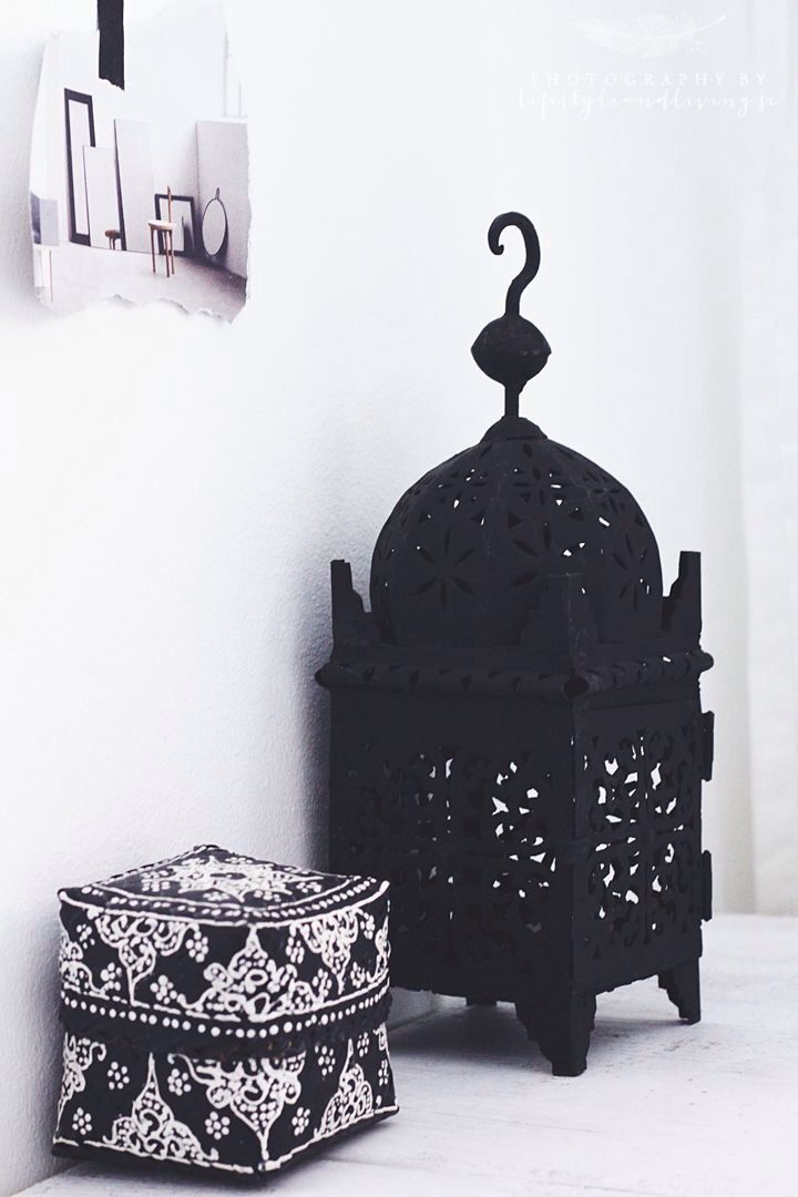 Modern Moroccan: beautiful ethnic, tribal prints in black and white, accents of colour, metals and dark colors, (all BUT pink…) mixed with crisp whites
