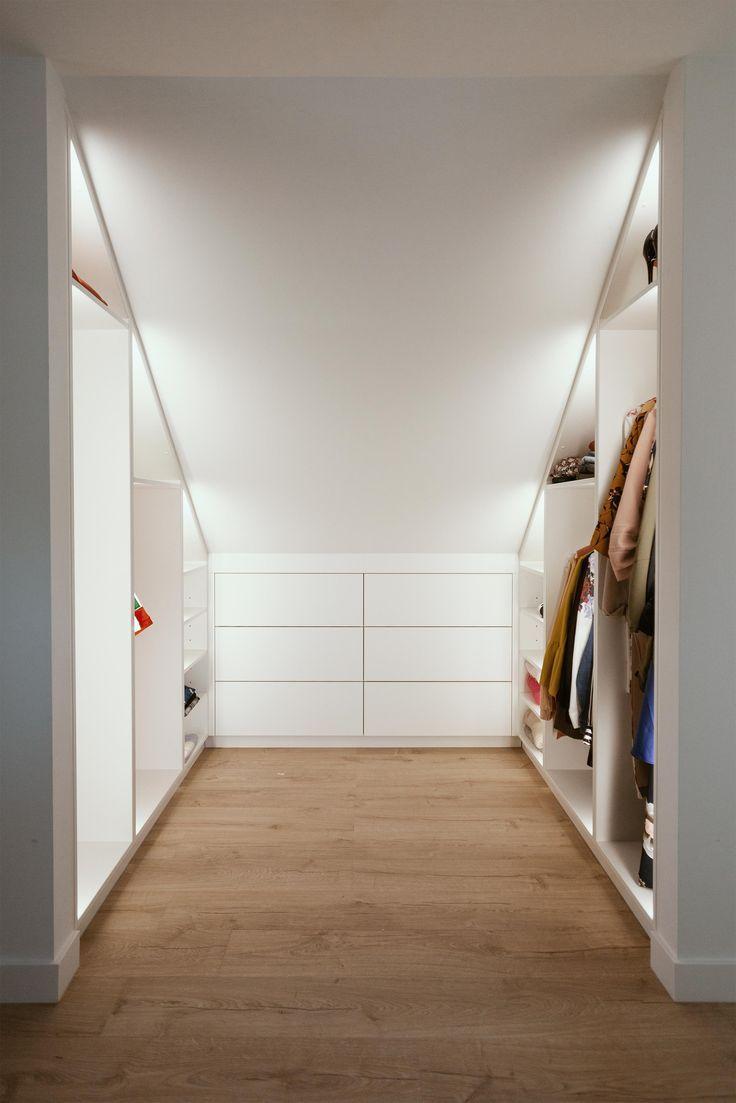 Begehbarer Kleiderschrank Unter Einem Schragen Dach Mit Indirekter