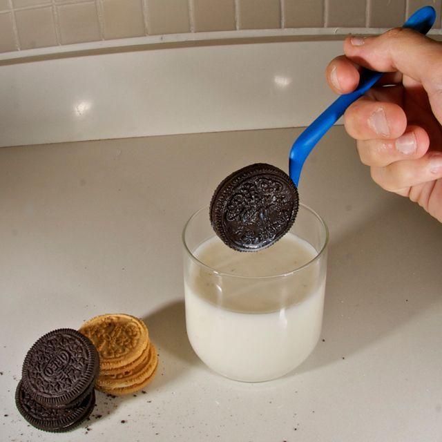 O meu biscoito sempre caia : /  Oreo cookie dipper