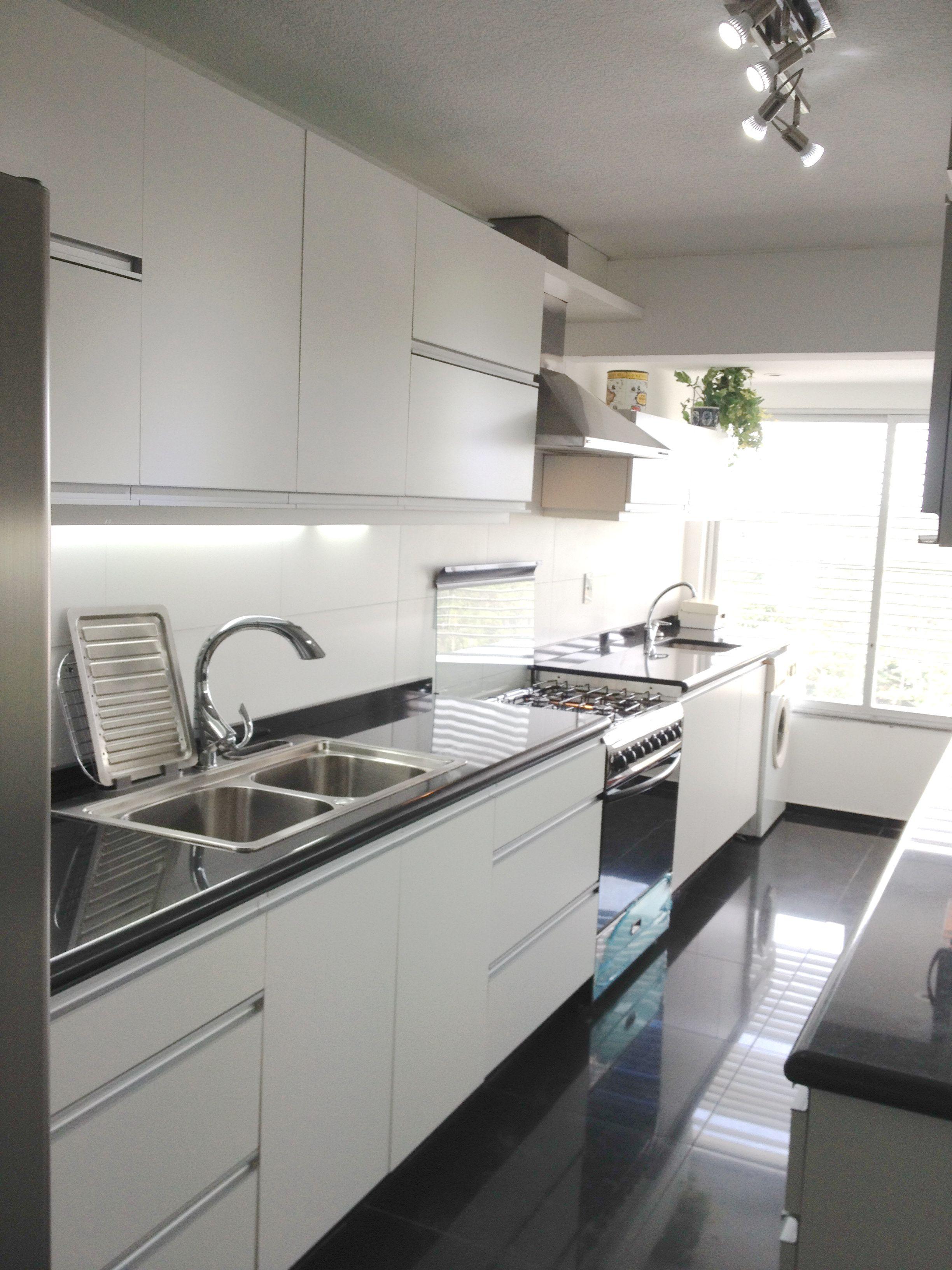 Renovada en blanco y negro muebles for Encimera de cocina lacada en blanco negro