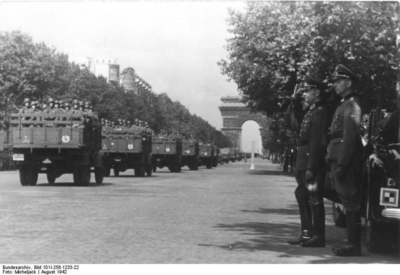 """Wehrmachtsparade , mounted troops from the SS-Leibstandarte """"Adolf Hitler"""". Paris ,France August 1942"""