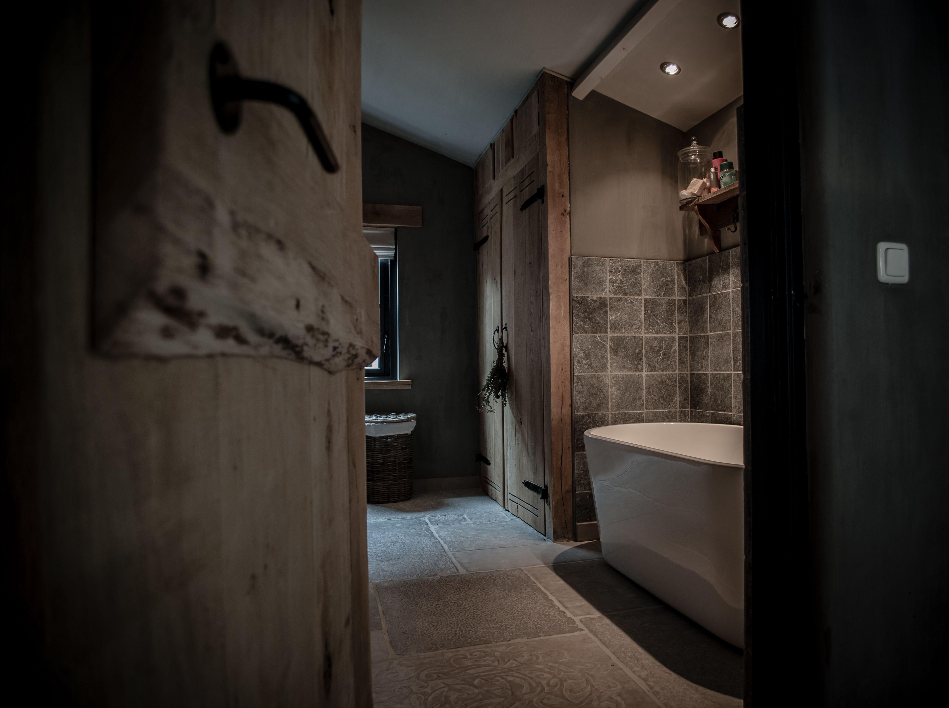 Landelijke badkamer met een hoffz inrichting badkamer pinterest badkamer donker en - Donker mozaieken badkamer ...