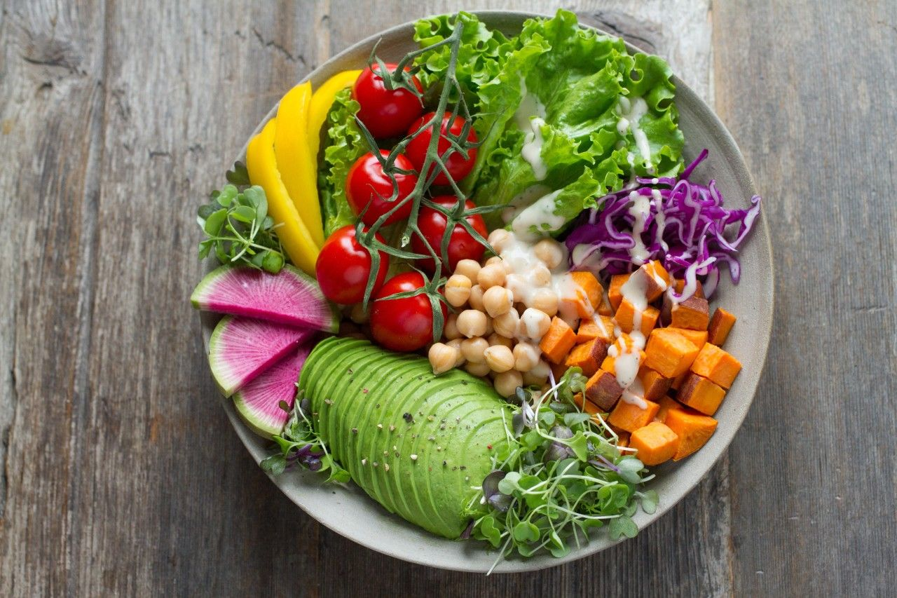 If you're anything like me, you eat with your eyes first. That's why I LOVE making colorful and creative salads and bowls packed full of nutrients and flavor.   What are you go-to fruits and veggies?   #eattherainbow #eatwithyoureyes #healthymealprep