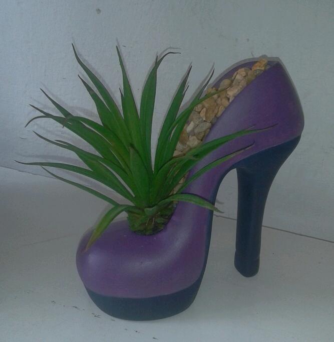 Maceta zapatilla con agave artificial y decorado con - Macetas de terracota ...