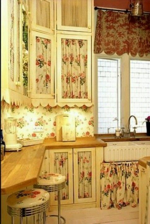 Shabby kitchen. Absolutely love those cabinet!! | Shabby ...