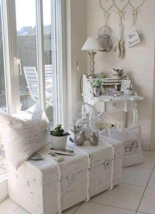 eine vintage truhe die wei lackiert ist um sch bige schicke einrichtung zu entsprechen wird. Black Bedroom Furniture Sets. Home Design Ideas