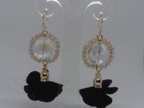 8316480034e8 Aretes artesanales largos con cristales y flores de tela