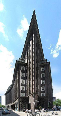 """hilehaus_ es un edificio de oficinas de diez pisos de altura, localizado en la ciudad portuaria de Hamburgo en Alemania. Es un gran ejemplo del movimiento arquitectónico conocido como """"Expresionismo en ladrillo"""" de los años 1920. El edificio tiene 36.000m² construidos y el terreno en el que está levantado tiene 5950m²."""