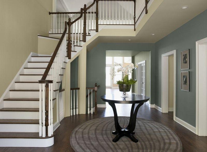 farbgestaltung-im-flur-eingangshalle-blaugrau-wand-tisch-treppe
