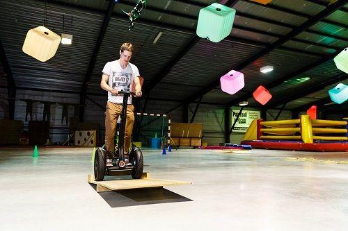 Per 10 personen zetten wij 2 segways klaar. Wist je al dat de segway naar voren rijdt als je naar voren beweegt. De Segway is een elektrisch vervoersmiddel dat reageert op lichaamsbeweging.