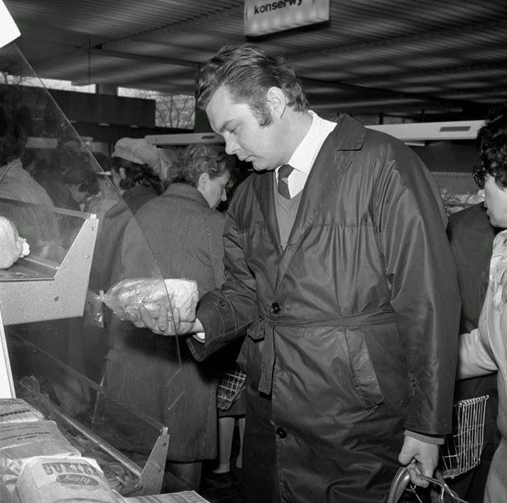 """Strój narodowy- płaszcz ortalionowy.Był w latach 60. niemal oficjalnym strojem pochodów pierwszomajowych.Był on wzorcem mody, który wprowadzał  sam Zbigniew Cybulski. Powstały nawet gangi ortalionowe, które specjalizowały się w kradzieży tych płaszczy z lokali gastronomicznych. Ortaliony nosiło się właściwie wszędzie i niemal na wszystkie okazje Na pytanie swojej Czytelniczki """"Przekrój"""" odradzał wkładanie ortalionu do ślubu, """"gdyż swym szelestem mógłby zakłócić ceremonię""""."""