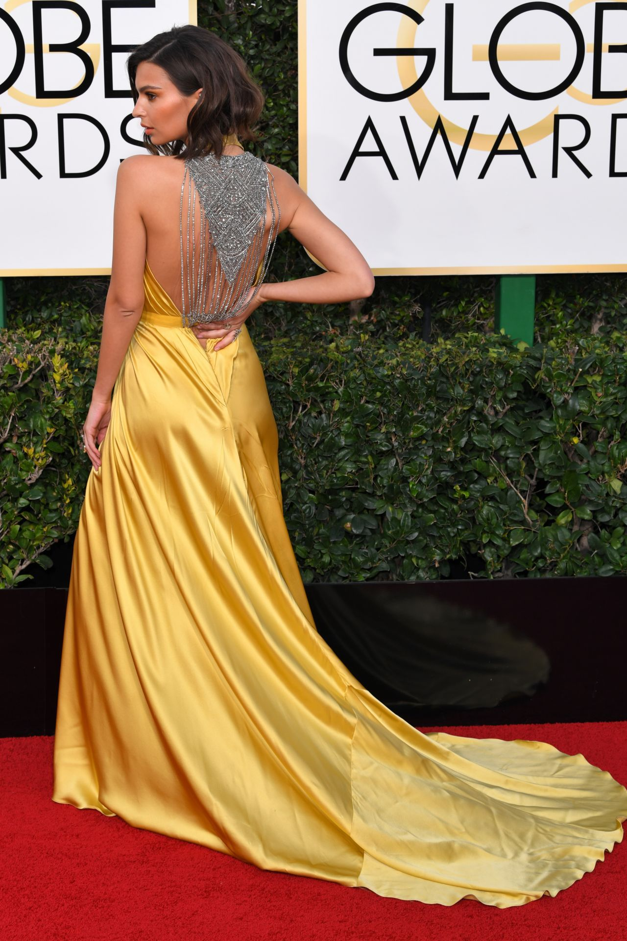 Emily Ratajkowski in Reem Acra at 2017 Golden Globe Awards in Beverly Hills Check more at http://fashnberry.com/2017/01/emily-ratajkowski-in-reem-acra-at-2017-golden-globe-awards-in-beverly-hills/