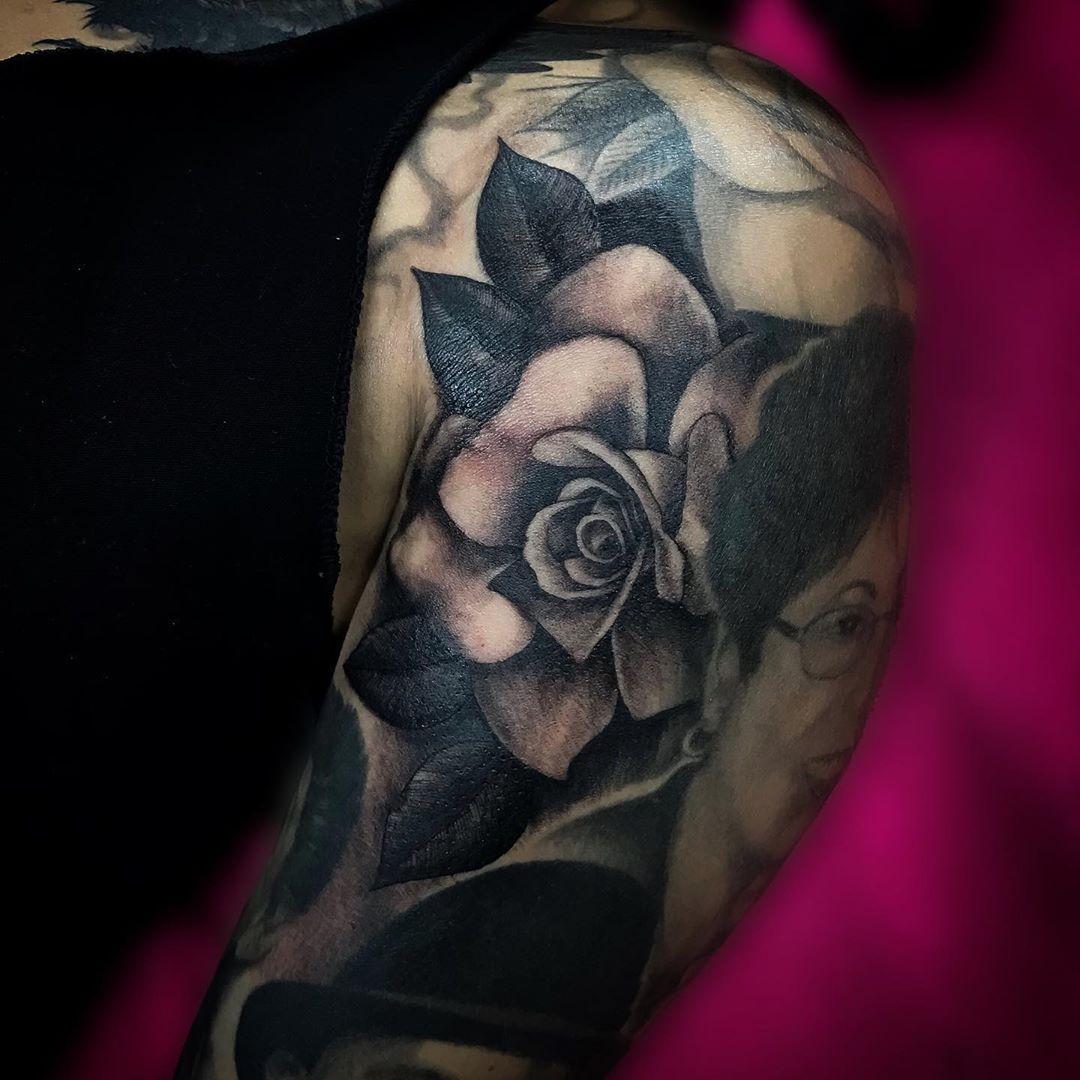 Freehand gapfiller rose on the homegirl from a while ago • • • • •  #realistictattoo #tattoo #ink #tattoos #inked #blackandgreytattoo #tattooartist #art #blackandgrey #tattooart #tattooed #realism #tattoolife #realismtattoo #realistic #portraittattoo #rosetattoo #inkedmag #portrait #tattooist #tattooing #artist #realisticink #inkedup #tattooer #tattoorealistic #realismotattoo #tattoodo #rosetattoo #amusetattoos