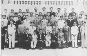 Santiago de Cuba, Colegio La Salle, curso 1936-1937. Fidel es el sexto de izquierda a derecha, en la primera fila de parados. Delante de él, sentado, está Raúl.