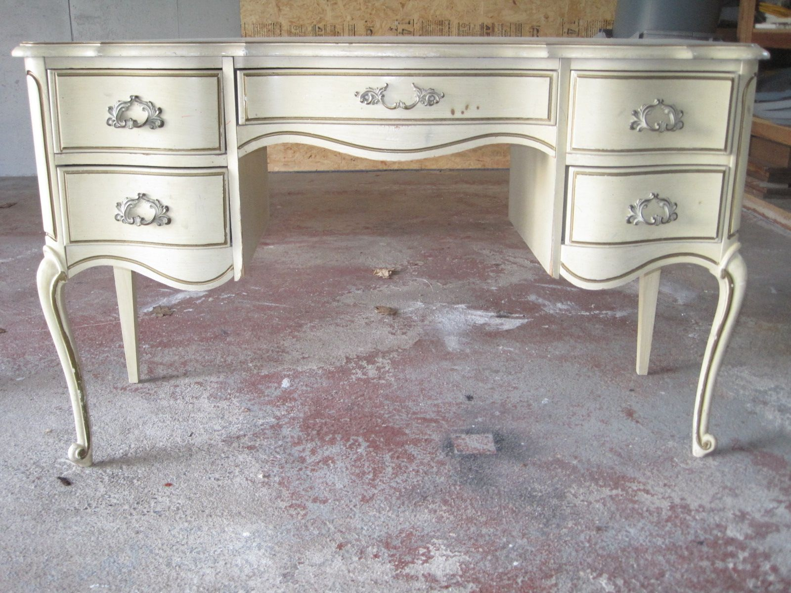 How To Spray Paint Wooden Furniture | Muebles y Aerosoles