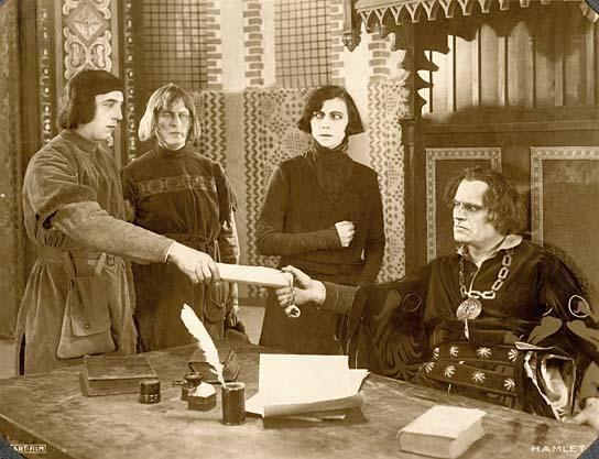Szene mit Asta Nielsen (Mitte), Eduard von Winterstein (rechts)
