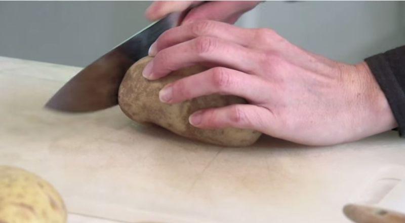Quem gosta de batatas vai vai adorar este vídeo. Esta forma de assar batatas é uma mudança divertida do que estamos habituados, e torna as batatas, muito mais apetitosas e deliciosas, como poderás comprovar!
