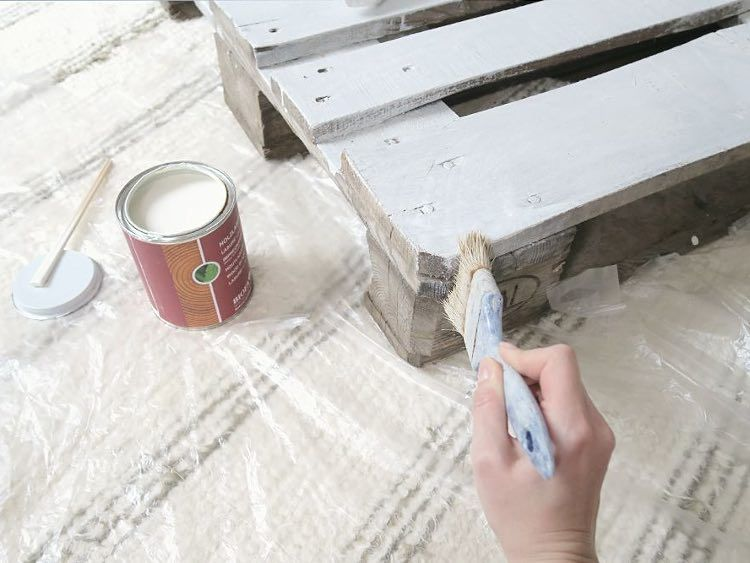 diy anleitung einfaches bett aus paletten selber bauen via haushalt pinterest. Black Bedroom Furniture Sets. Home Design Ideas
