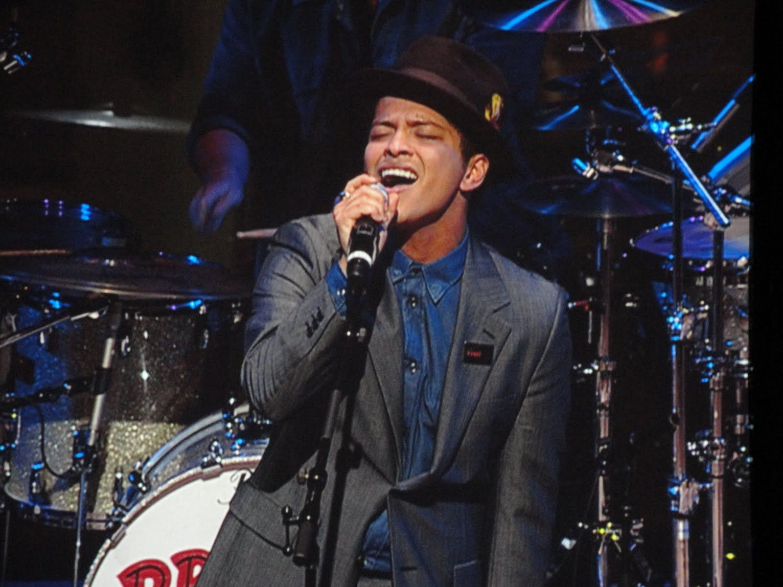 """Bruno Mars singing """"Just the Way You Are"""" - WHAT STYLE!"""