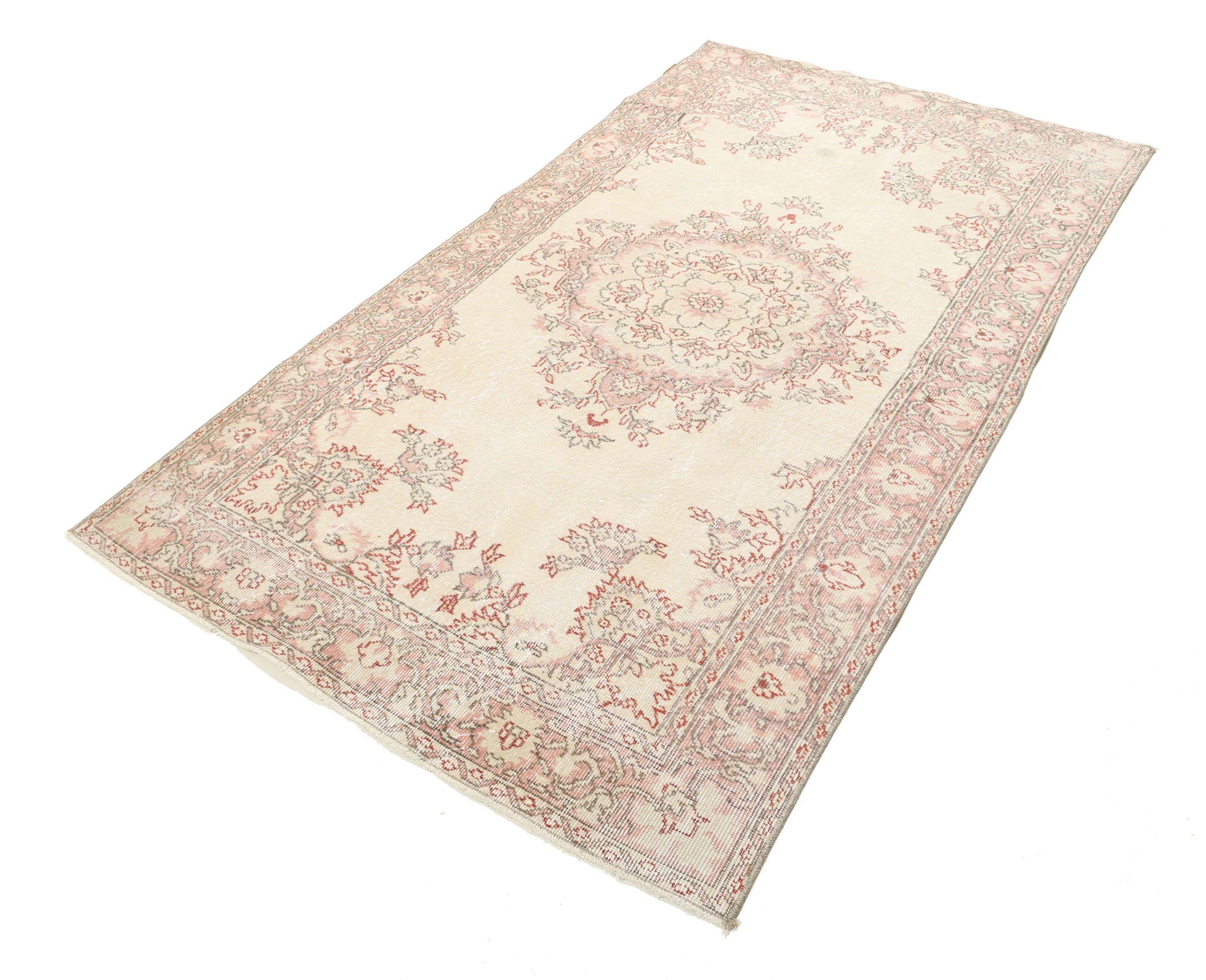 Colored Vintage mattor tillverkas av turkiska mattor som är minst 20-50 år gamla.  Varje matta är noggrant utvald och går igenom en unik process där färgerna neutraliseras före mattan blir omfärgad i en ny spännande färg.
