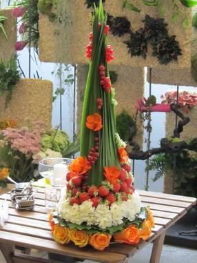 Pyramides de fleurs et fruits blommerangskikkings for Petites compositions florales pour table