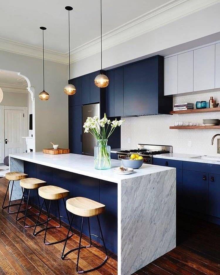 Una Cocina Muy Chic En Azul Petroleo Diseno De Cocina De Lujo Cocinas De Casas Pequenas Diseno Muebles De Cocina