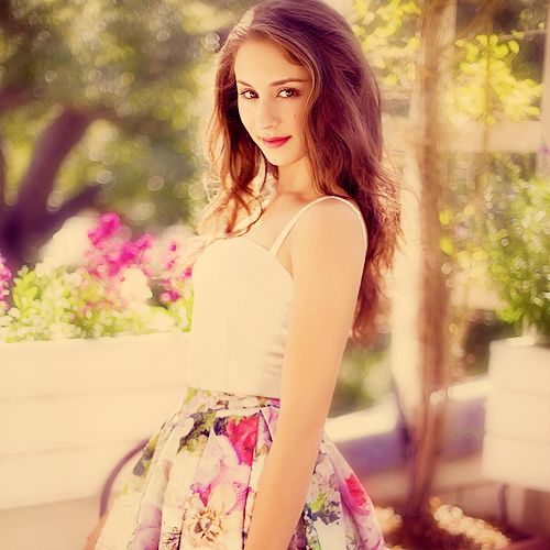 Troian Bellisario. I swear, the Liars are always wearing THE CUTEST clothes. Definantly jealous.