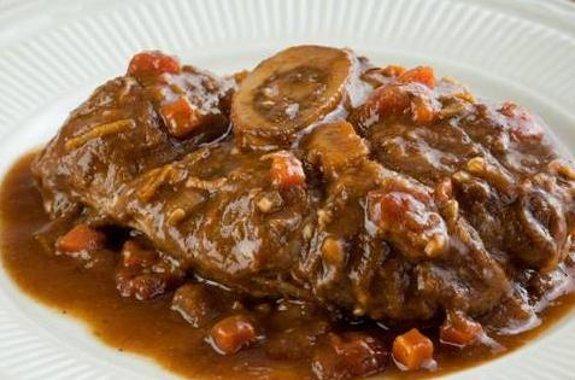 Compartir Según la comida típica milanesa, es fácil de preparar y sabroso L 'ossobuco es un corte de carne. Se deriva de la Hock o vástago, correspondiente a la última músculo de la pierna antes de que el pie. Puede ser frontal, muy rico en tejido conectivo, está de vuelta, más valioso porque más tierna, redonda y con más hueso. El osso buco es una rebanada gruesa (unos 3 cm de alto) con la carne en el centro, como su nombre lo indica, un hueso con su médula ósea que se derrite durante la…