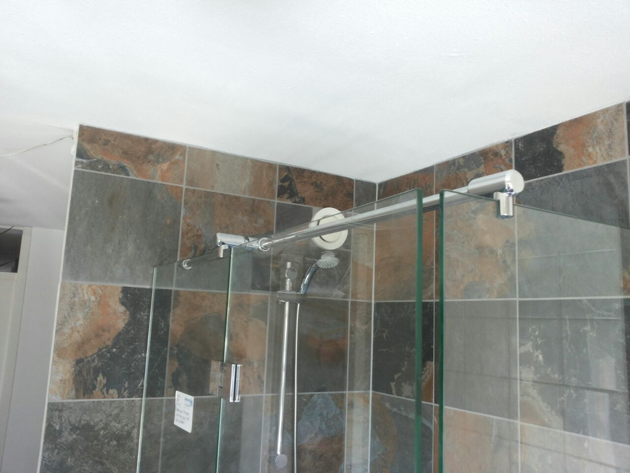 Douchewand met deur uitgevoerd in hardglas jongbloed badkamer