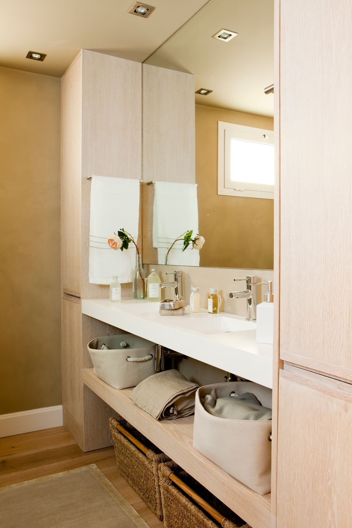 Mueble bajolavabo con caj n abierto de madera blanca y for Mueble auxiliar bano bajo lavabo