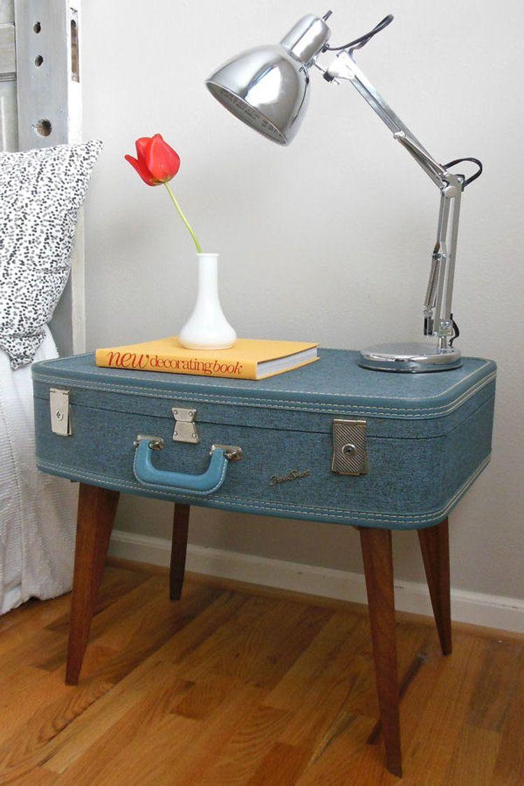 une valise devient table de chevet quand une ancienne valise rencontre des pieds de table basse. Black Bedroom Furniture Sets. Home Design Ideas