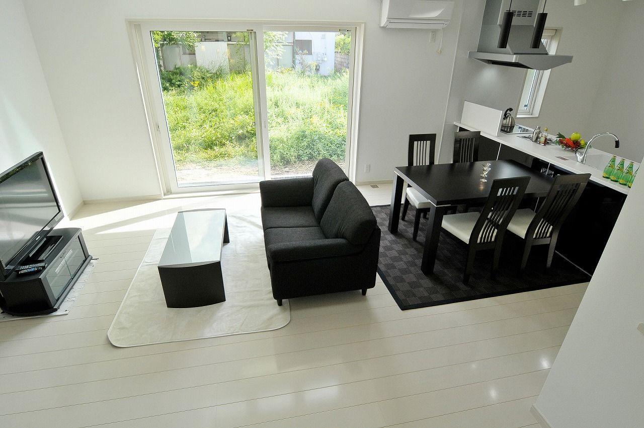 白黒使いがオシャレなシンプルハウス ソファ デザイン リビング