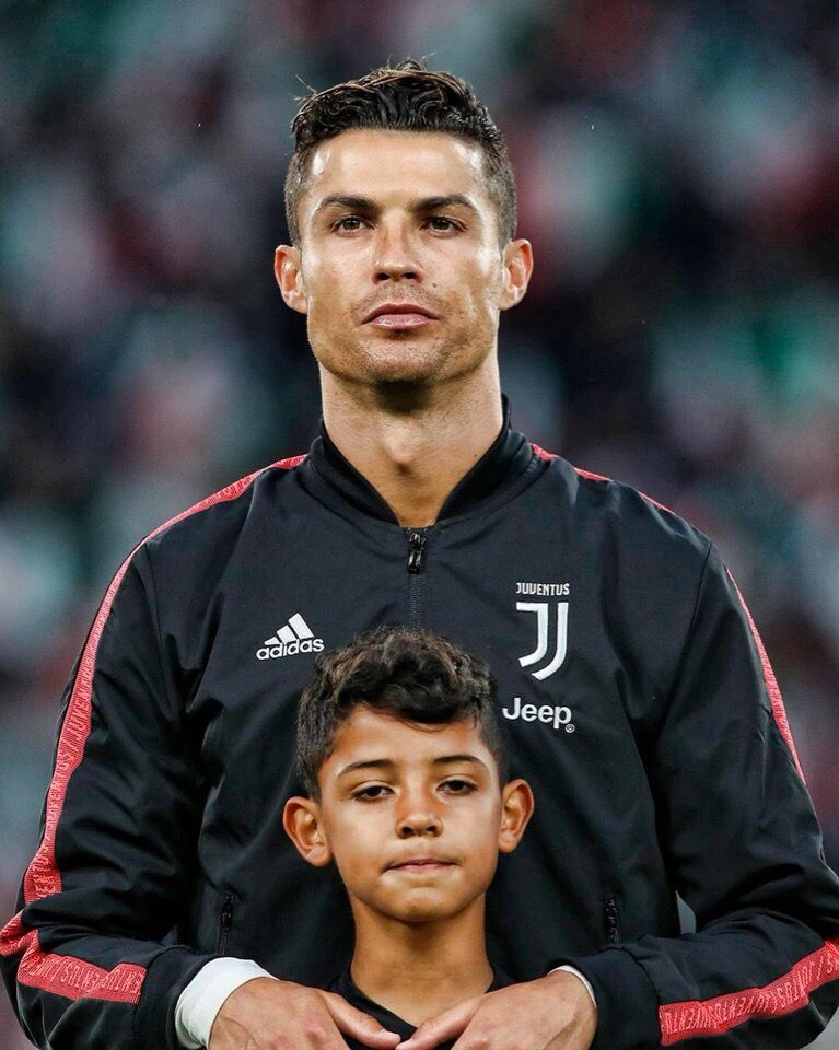 Cristiano Ronaldo With Cristiano Junior Mundo Futbol Jugador De Futbol Fotos De Futbol