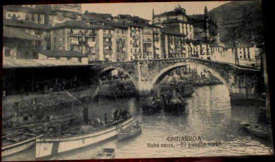 Postal del puente viejo de Ondarroa. Atención a la esvástica que luce el vapor de la izquierda.
