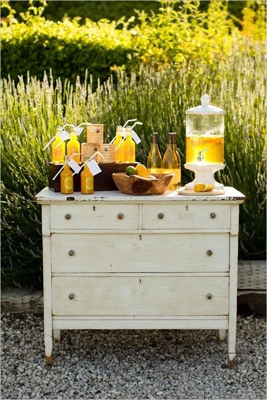 A lemonade stand! This would be lovely and cute to have at the reception for the wedding I'm never going to have.