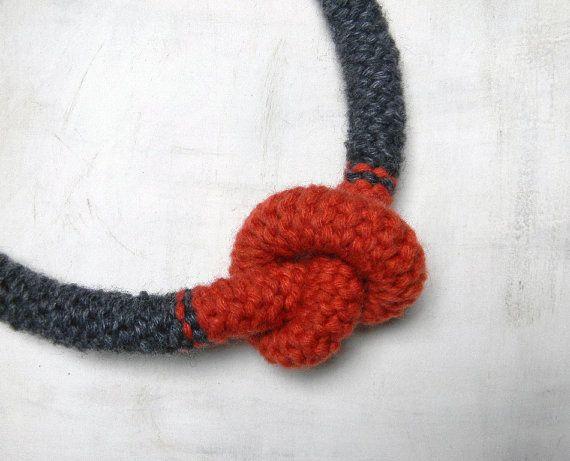 Collana in lana con nodo. Grigio antracite e rosso by ylleanna, €38.00