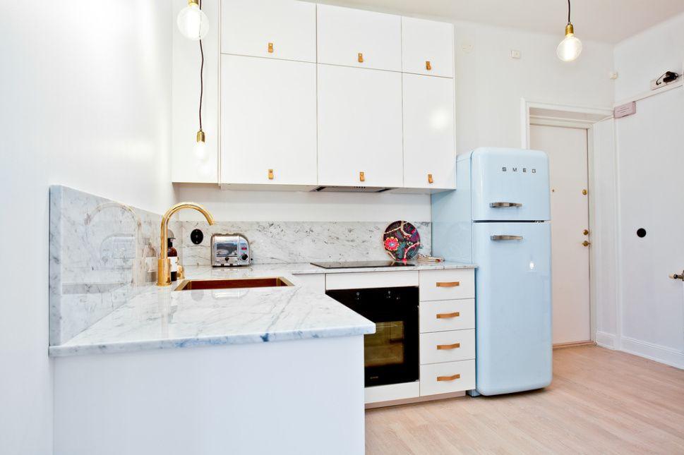 une petite cuisine blanche optimis e avec joli plan en marbre poign e en cuir et smeg pastel. Black Bedroom Furniture Sets. Home Design Ideas