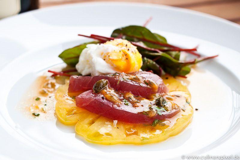 Roher Thunfisch, Baby-Mangold, pochiertes Ei, gelbe Tomate, Maracujadressing