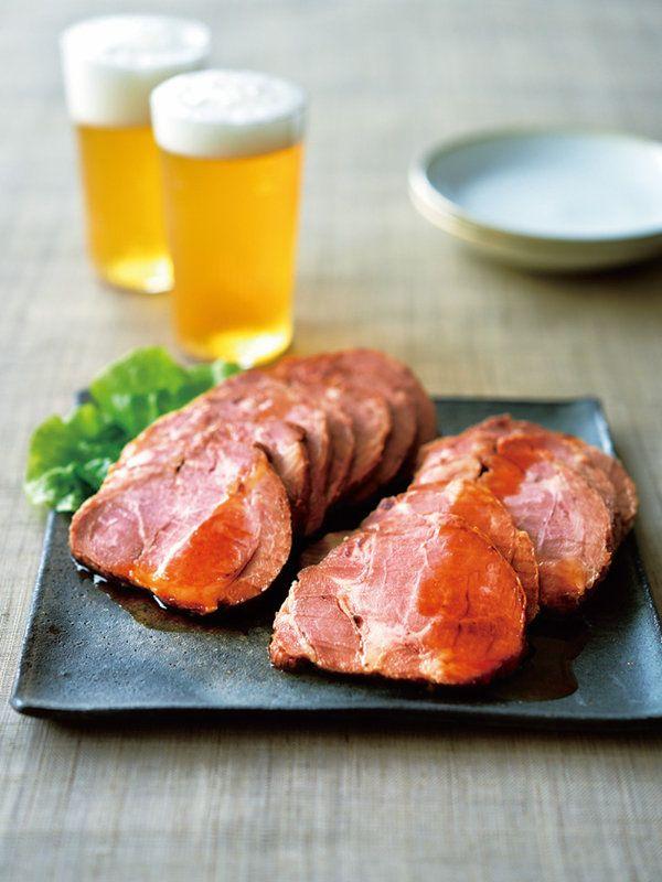 石川県に店舗を構える「焼豚屋本舗」では、独自の製法で丹念に手作りした焼き豚を専門に販売。親子2代で営む精肉店が、熟練の目利きで選び抜いた国産豚の肩ロースを適度に熟成させて使用。たれは、240 年の伝統を受け継ぐ「加賀の醤油醸造元」のオリジナルブレンドによる醤油をベースに、にんにくとしょうがで風味豊かに仕上げたもので、肉の中までしっとりと浸み込んでいる。5mm程度にスライスして、付属のたれをかけてどうぞ。フライパンなどで温めると、より一層味わいが引き立つ。炒めものの具材としても便利な逸品。<DATA>「手作り焼豚 2本入り」¥3,149(本体価格、2個以上ご購入の場合はお届け先が1カ所なら1個分の送料でお届け)内容/焼豚800g(2本入り)、たれ30ml×2本冷蔵便※賞味期限は、冷蔵で10日>>購入はこちら