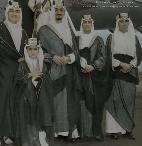 الملك فيصل بن عبد العزيز رحمه الله وبجواره الامير سعود الفيصل وهو