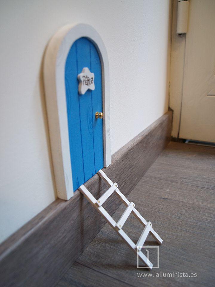 Puerta para el ratón Pérez de color azul con marco blanco. Escalera ...