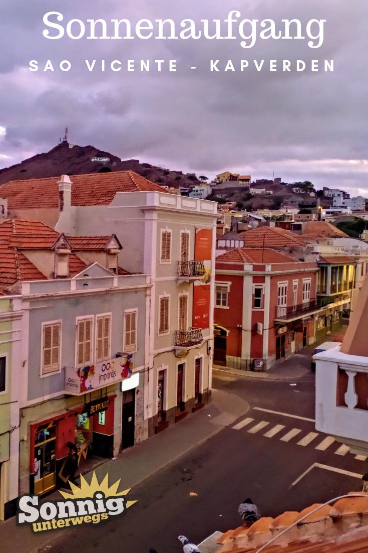 Solch einen traumhaft schönen Sonnenaufgang kannst du auf den Kapverden erleben! Was es auf der kapverdischen Insel Sao Vicente sonst noch zu entdecken gibt, erfährst du auf unserem Blog! #kapverden #saovicente #reise #urlaub #reiseblog
