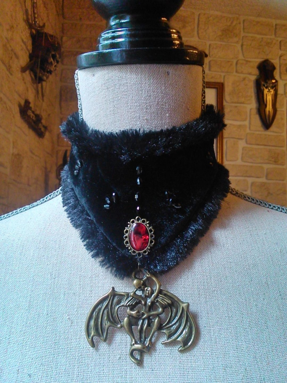 Collier gothique,ras du cou ,corset de cou avec pendentif et cabochon de nacre d'abalone