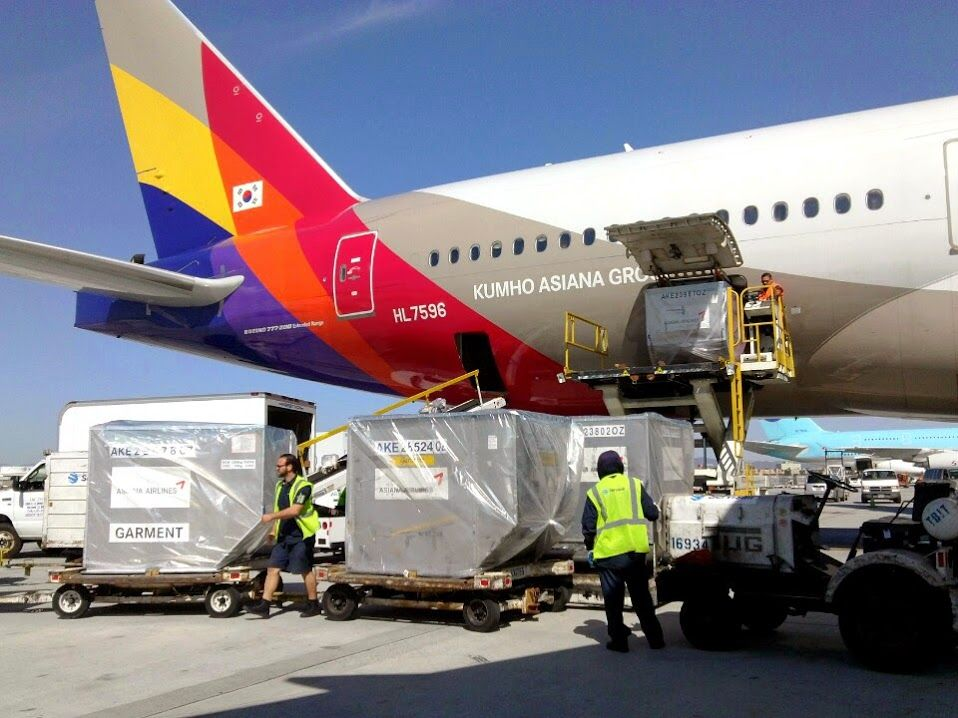 Asiana Airlines B777 loading cargo