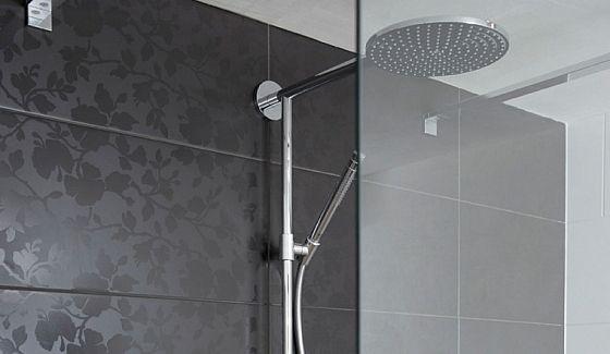 Badkamer Tegels Ideeen : Zwarte badkamertegels met bloemmotief badkamer ideeën pinterest