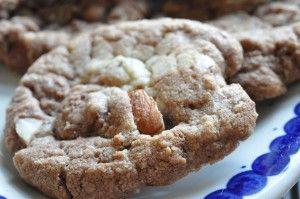 Dagens cookie er af den særligt søde slags. Nutella-cookies med mandler. Sprøde søde smørbagte chokoladecookies. Kan laves på ½ time alt incl. Sæt i gang :-)